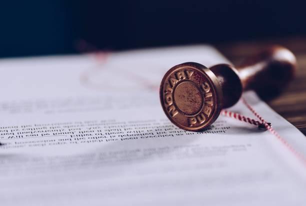 inktstempel van de notaris op ondertekend document. - notaris stockfoto's en -beelden