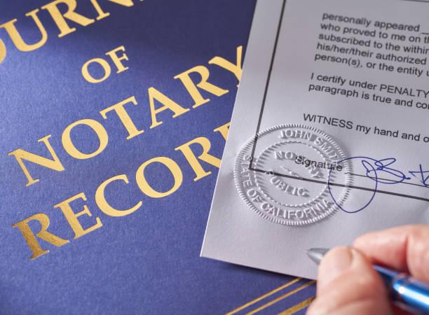 notaris: seal reliëf op document met pen en tijdschrift - notaris stockfoto's en -beelden