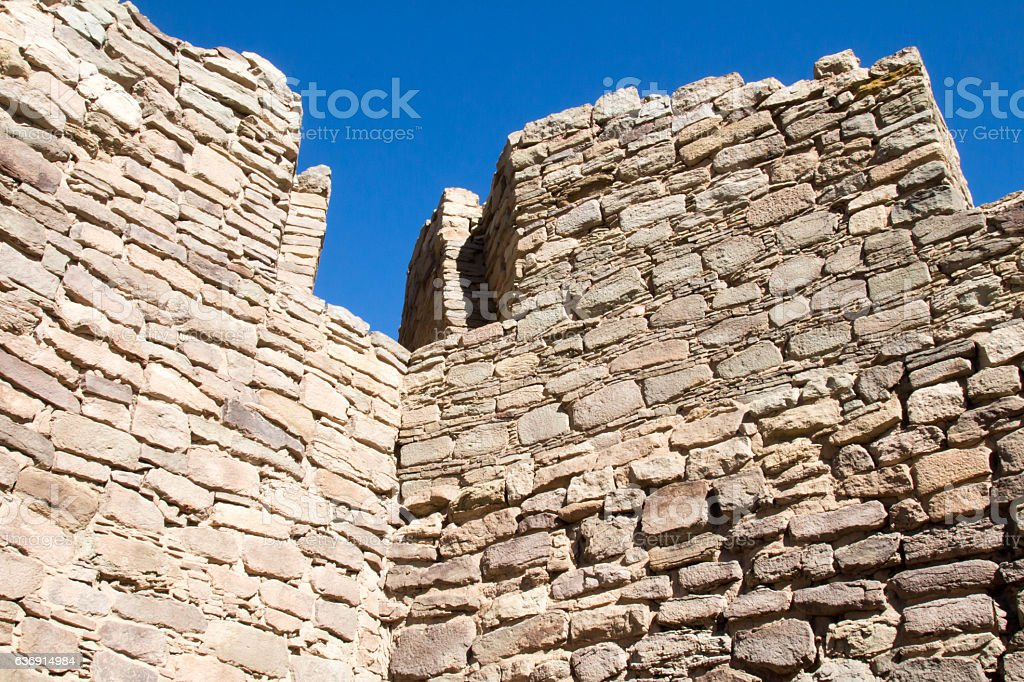 Notch at the top of a ruined ancestral Pueblo wall - foto de acervo