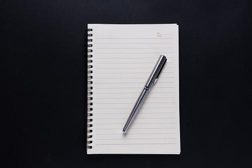 참고도 서 및 어두운 배경에 펜 0명에 대한 스톡 사진 및 기타 이미지