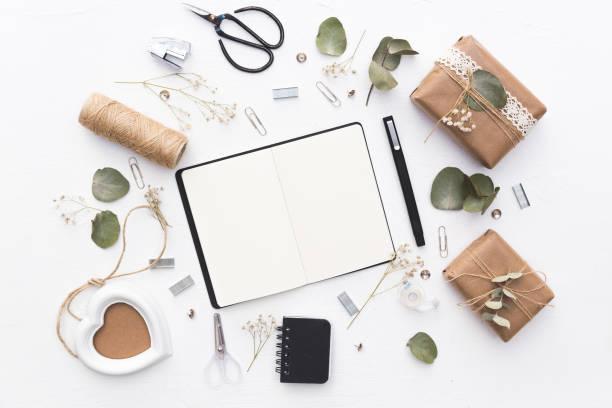 notizbuch mit hochzeitsdekorationen. flach zu legen - do it yourself invitations stock-fotos und bilder