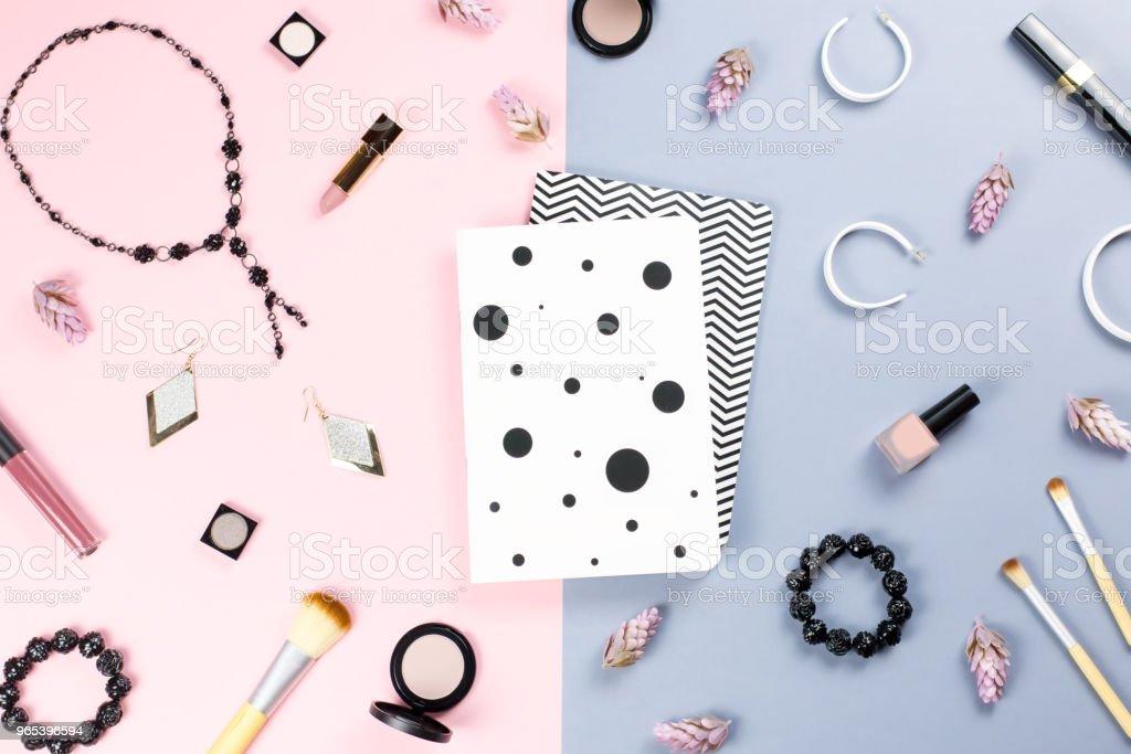 筆記簿, 婦女美容配件平躺在柔和的背景。時尚或美容博客的概念。 - 免版稅一組物體圖庫照片