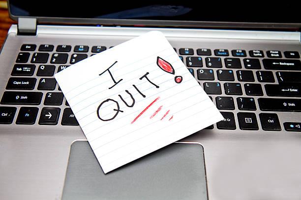 i quit - note on laptop - ausscheiden stock-fotos und bilder