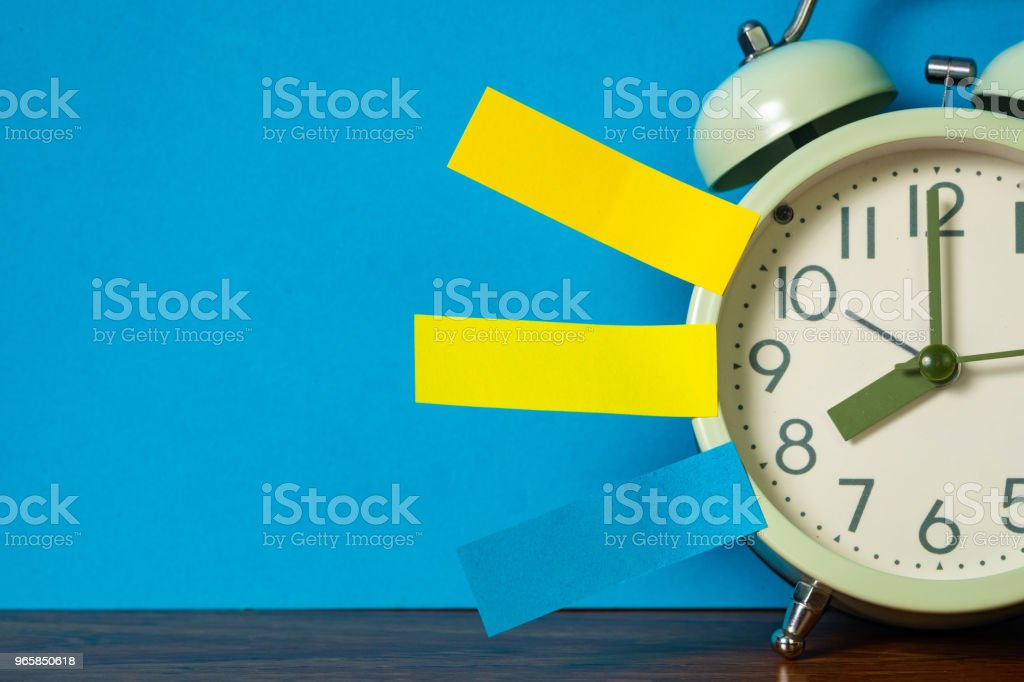 Note paper sticky and vintage alarm clock on table with copy space for add text notice something, list memo and schedule concept. - Royalty-free Alarm Stock Photo