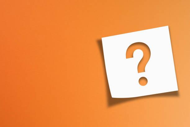 papel da nota com ponto de interrogação no fundo alaranjado - question - fotografias e filmes do acervo