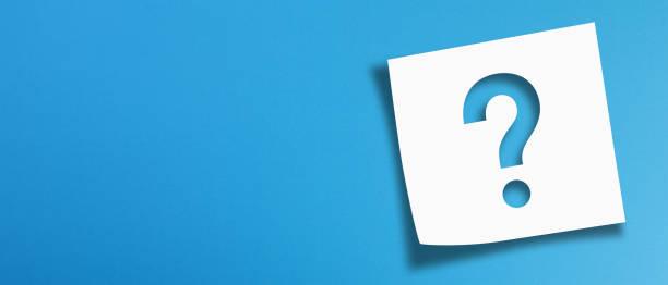 note papel com ponto de interrogação em fundo azul panorâmico - question - fotografias e filmes do acervo
