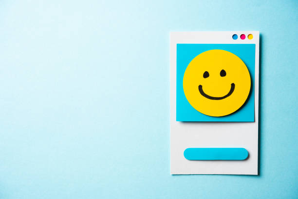 note with happy face and paper smart phone concept on blue background. social media and digital marketing concept. - inbound marketing imagens e fotografias de stock