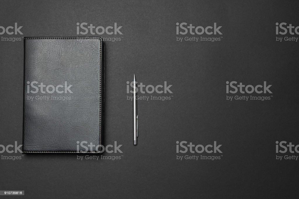 Notizbuch und Stift auf dem Schreibtisch – Foto