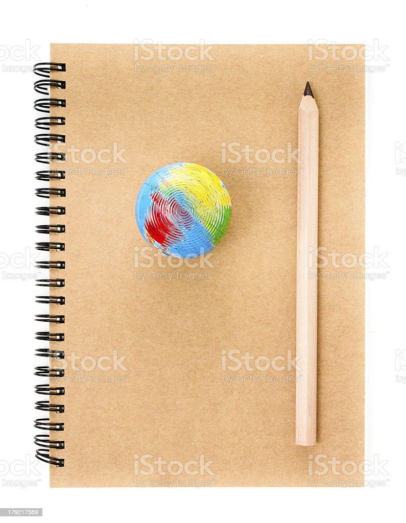 Notatnik i ołówek na białym tle. – zdjęcie