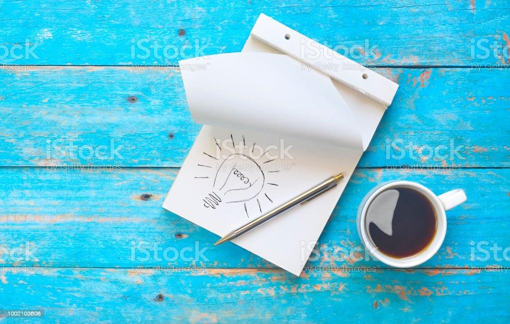 Notizbuch, Kugelschreiber und eine Tasse Kaffee, Idee, Inspiration, Brainstorming-Konzept – Foto
