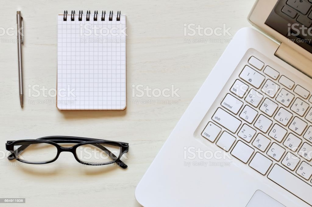 Notebook computer on desk foto stock royalty-free