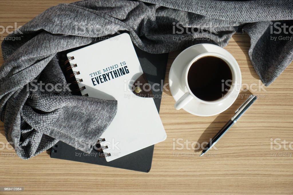 Dziennik notatnikowy z kawą i ciepłą szmatką - Zbiór zdjęć royalty-free (Kompozycja flat lay)