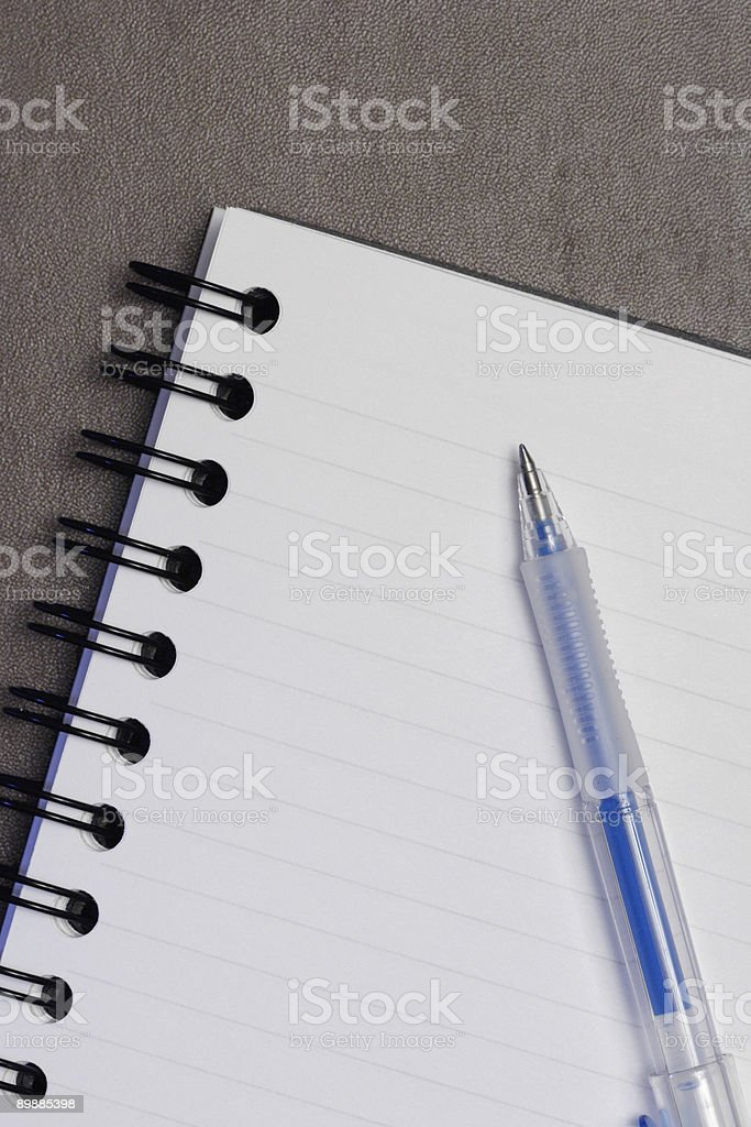 Portátil o boletín con un bolígrafo sobre Superficie con textura de cuero foto de stock libre de derechos
