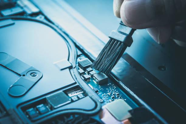 notebook oder laptop reparatur, wartung und reinigung. - tablet mit displayinhalt stock-fotos und bilder