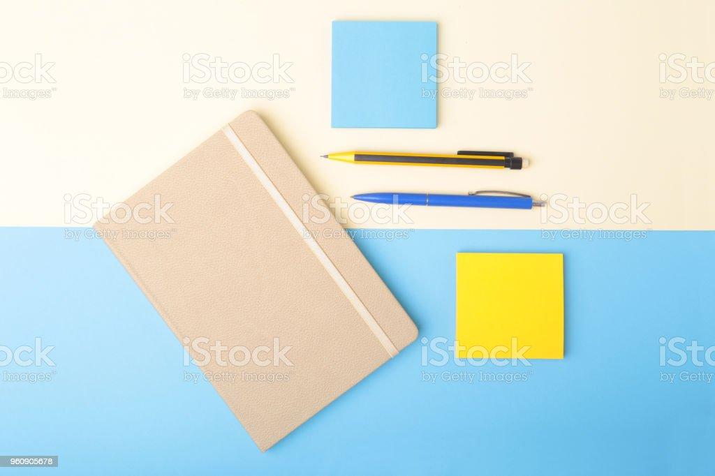 Notizbuch, Kugelschreiber, Bleistift und andere Versorgungsgüter für die Geschäftsstelle. Kopieren Sie Raum. Ansicht von oben. - Lizenzfrei Bleistift Stock-Foto