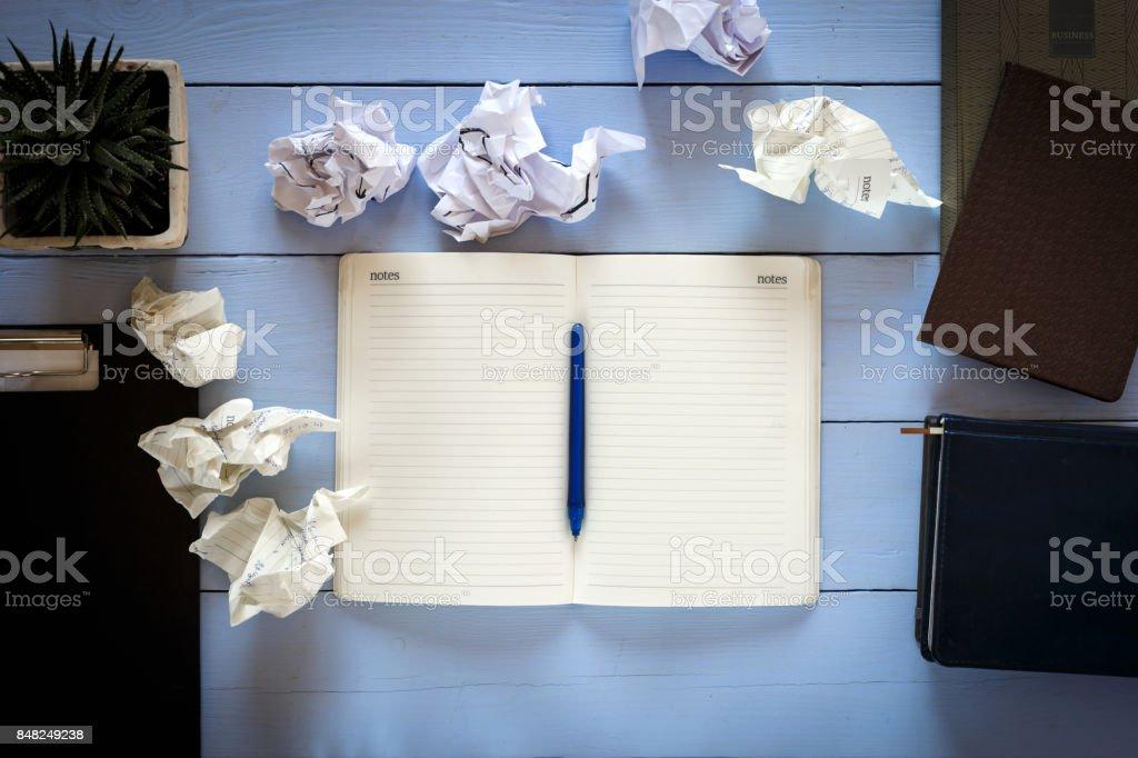 ordinateur portable, le stylo, le papier froissé sur un ordinateur de bureau, la vue de dessus - Photo