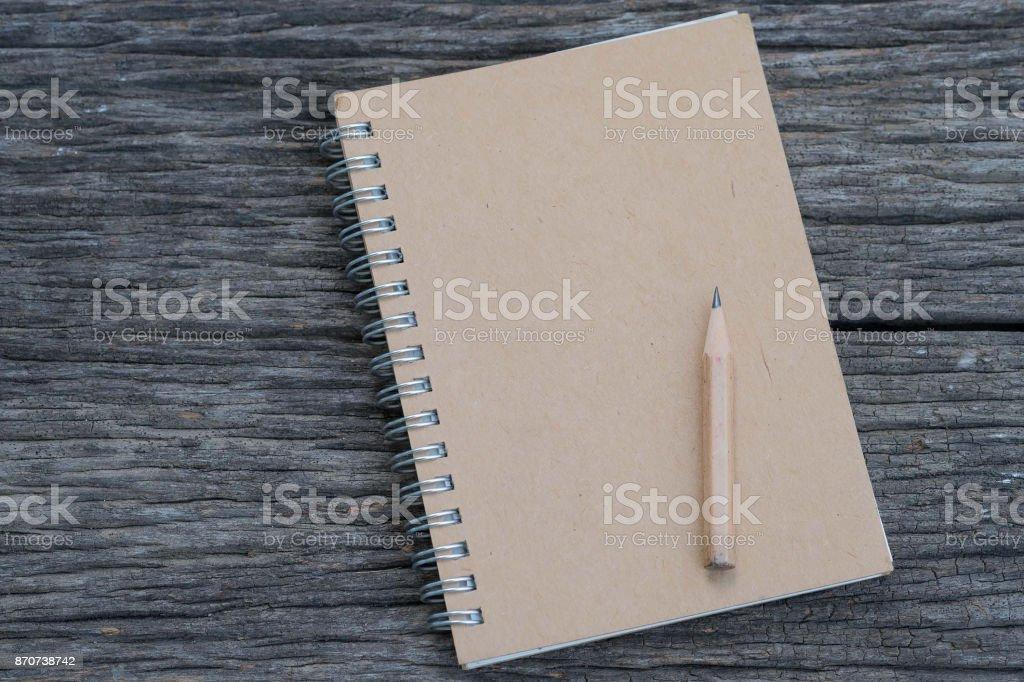 Notebook com um lápis em madeira - foto de acervo