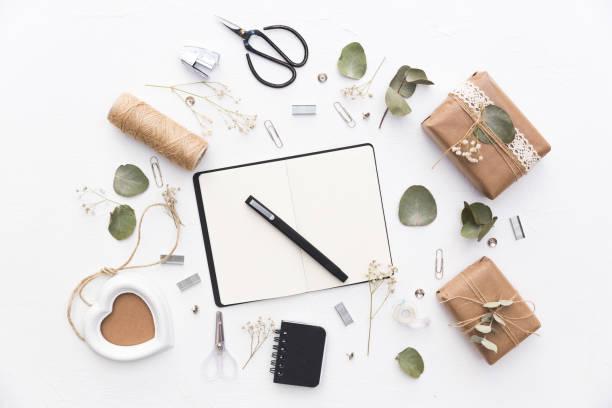 notizbuch mit selbstgemachten dekorationen und geschenkboxen. diy-konzept - do it yourself invitations stock-fotos und bilder