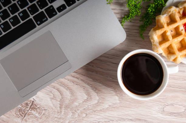 notebook mit heißem kaffee auf holztisch - www kaffee oder tee stock-fotos und bilder