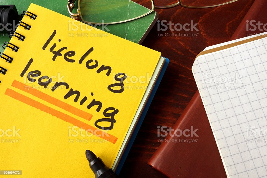 Notebook with lifelong learning  sign on a table. – Foto