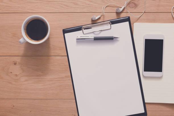 notebook mit mobile top aussicht, studium und büro-arbeit - unterrichtsplanung vorlagen stock-fotos und bilder