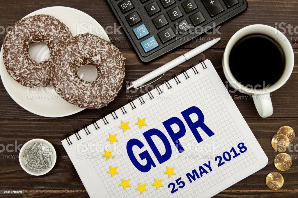 PIBR. Notebook com notas regulamento geral de proteção de dados na tabela de um empresário. - foto de acervo