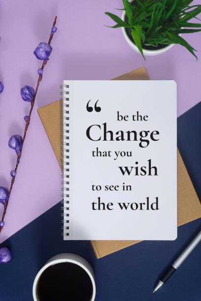 Ordinateur portable avec citation sur fond de violet et bleu pastel. - Photo