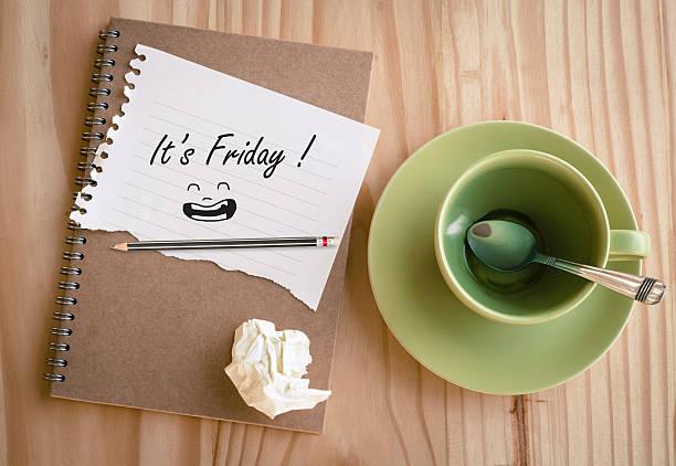 """notebook mit text """"it s friday!"""" - freitag stock-fotos und bilder"""
