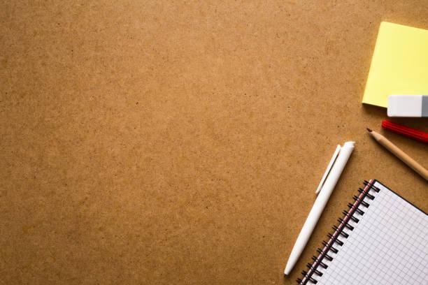 notizblock mit stift und haftnotizen auf dem arbeitstisch. bildung oder business-konzept. leeren platz für text. - unterrichtsplanung vorlagen stock-fotos und bilder