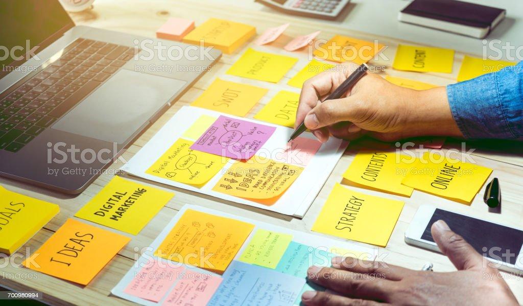 Papel timbrado com mão masculino. Brainstorming de negócios e comunicação conceito de plano de marketing foto de stock royalty-free