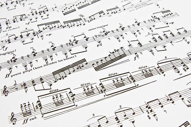 notizen auf einem blatt papier vorliegen - piano noten stock-fotos und bilder