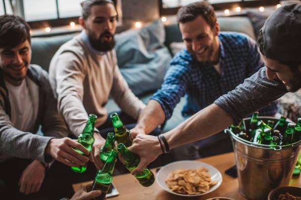 nichts geht über eine gute house-party - spielabend snacks stock-fotos und bilder