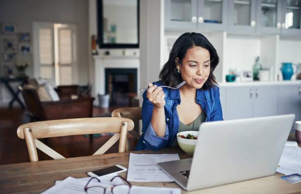 아무것도 건강 한 점심 처럼 생산성을 고무 - 점심 뉴스 사진 이미지