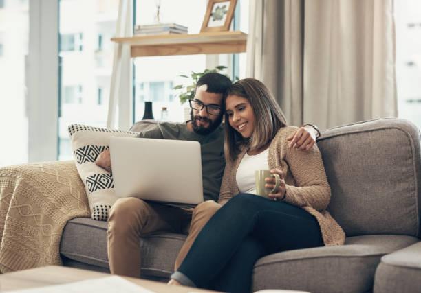 nada hace que la vida sea más conveniente que la red - happy couple sharing a cup of coffee fotografías e imágenes de stock