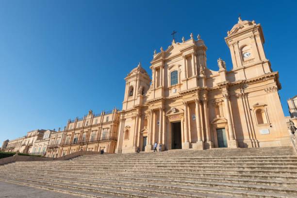noto barokke kathedraal van san nicolò in sicilië, italië - noto sicilië stockfoto's en -beelden