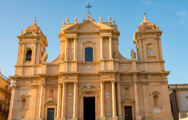 kathedraal van noto in de schemering - noto sicilië stockfoto's en -beelden