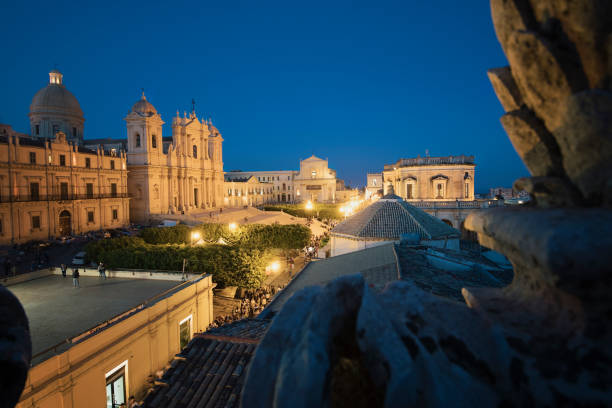 noto kathedraal nachts - noto sicilië stockfoto's en -beelden