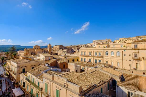 noto, stad verklaard een unesco world heritage site (sicilië, italië) - noto sicilië stockfoto's en -beelden