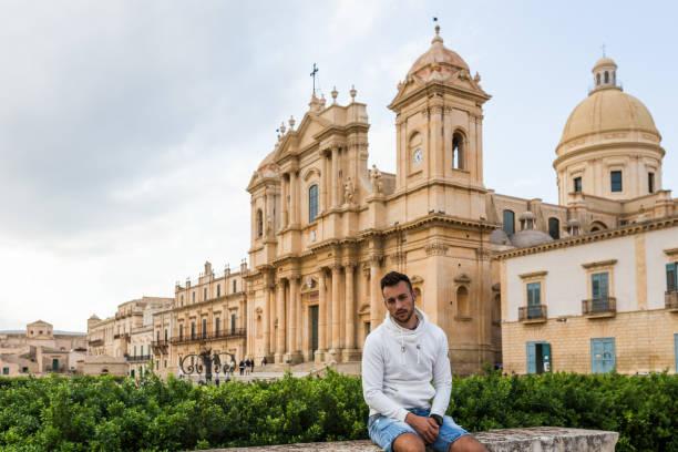 noto, sicilië, man voor de kathedraal van san nicolò - noto sicilië stockfoto's en -beelden