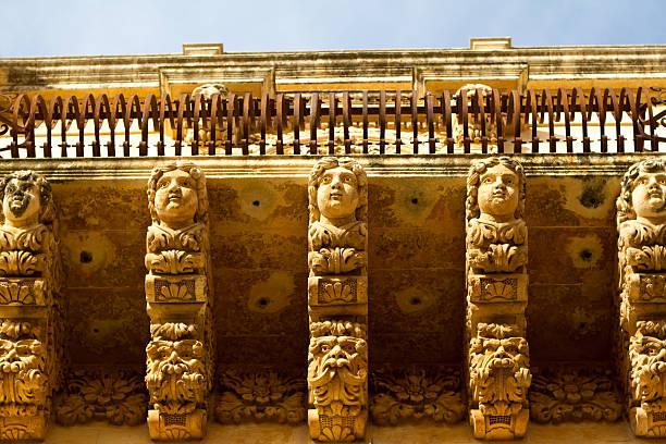 noto, sicily: ornate baroque carved balcony (close-up) - noto sicilië stockfoto's en -beelden