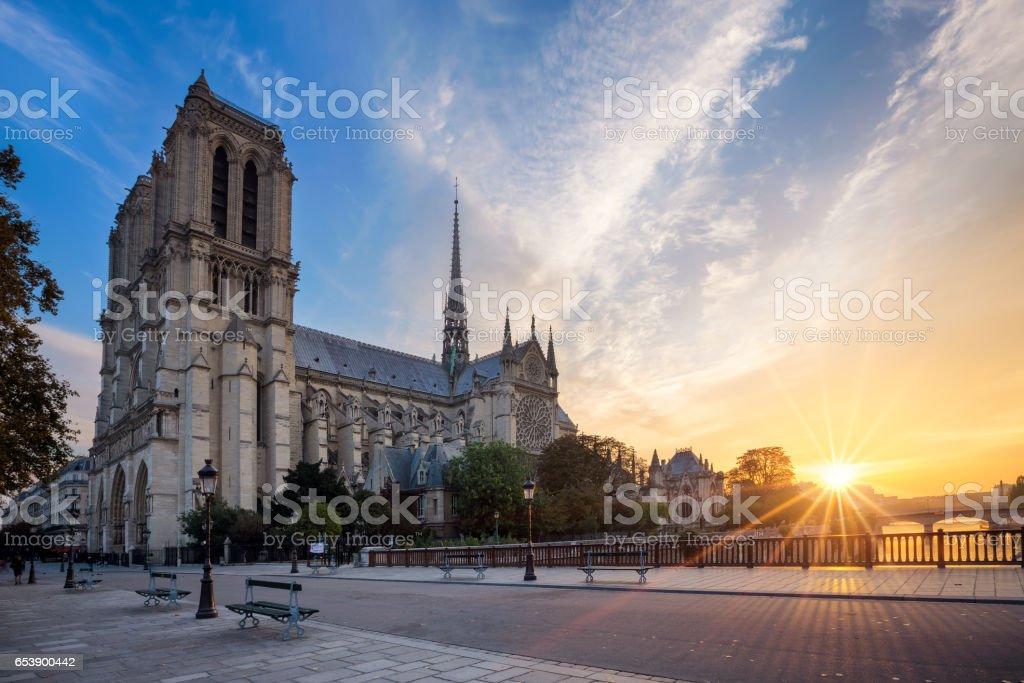 Notredame de paris au lever du soleil paris france photos et plus d 39 images de antique istock - Lever et coucher du soleil paris ...