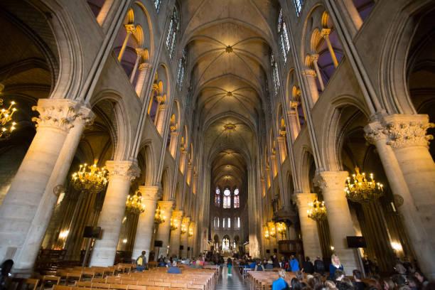 kathedrale notre-dame de paris innen, paris, frankreich - kathedrale von notre dame stock-fotos und bilder