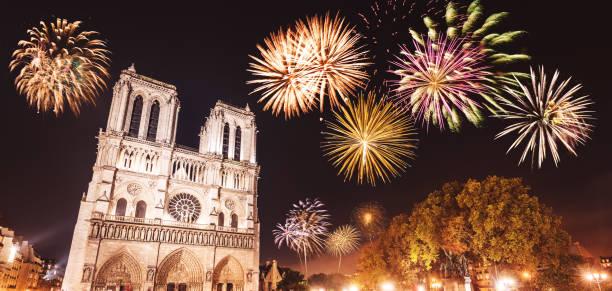 Notre-Dame de paris dans la nuit, avec des feux d'artifice - Photo