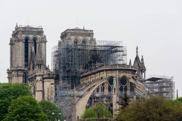notre dame in paris einen tag nach dem brand von 15.4.2019 - kathedrale von notre dame stock-fotos und bilder