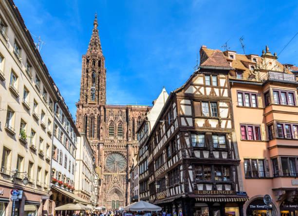 Cathédrale Notre-Dame de Strasbourg et maisons de ville à colombages à Strasbourg, France. - Photo