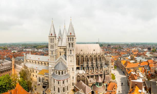 Notre-Dame de Tournai Türme und surrounfing Straßen mit alten Gebäuden Panorama, Kathedrale Unserer Lieben Frau, Tournai, Wallonische Gemeinde, Belgien – Foto