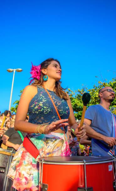 27. november 2016. schöne frau spielen batucada in der straße am leme bezirk, rio de janeiro, brasilien - sambatrommeln stock-fotos und bilder