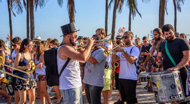 27. november 2016. festival de fanfarras ativistas - hupen rio 2016 - sambatrommeln stock-fotos und bilder