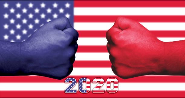 kasım 2020 amerikan başkanlık seçimleri kavramı mavi ve kırmızı yumruklar birbirine bakan ve arka planda abd bayrağı. - başkanlık seçimleri stok fotoğraflar ve resimler