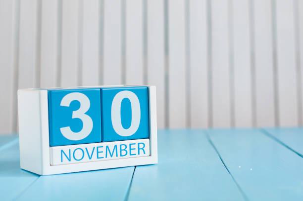 am 30. november. bild 30. november kalender aus holz farbe auf blauem hintergrund. herbsttag. leeren raum für text - geburtstag vergessen stock-fotos und bilder